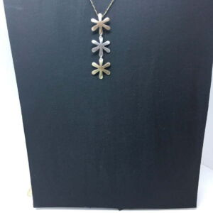 Daisy pendent detail